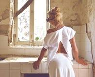 Młodej kobiety główkowanie przemodelowywać starą domową kuchnię Obrazy Royalty Free