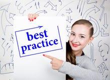 Młodej kobiety mienia whiteboard z writing słowem: najlepsza praktyka Technologia, internet, biznes i marketing, Zdjęcie Royalty Free