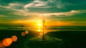 Młodej kobiety ćwiczy joga na plaży Fotografia Stock