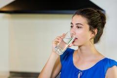 Młodej kobiety woda pitna Zdjęcia Stock