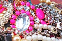 Modejewelrys Modejuvlar som bakgrund Smyckentextur Mycket Jewells i textur Smyckenbakgrund arkivbild