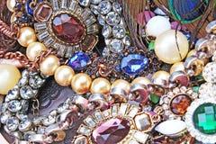Modejewelrys Modejuvlar som bakgrund Smyckentextur Mycket Jewells i textur Smyckenbakgrund Arkivfoton