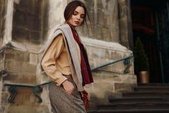 Modekläder Härlig kvinna i utomhus- trendiga kläder royaltyfri bild
