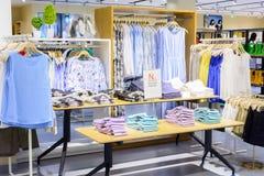 Modekläder shoppar Arkivbild