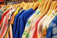 Modekläder som är till salu på stora rabatter Arkivbilder