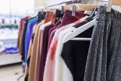 Modekleidung auf Kleidungsgestell Modische weibliche Abnutzung stockfotos