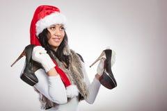 Modekvinna i den santa hatten med skor för höga häl Royaltyfri Bild