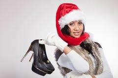 Modekvinna i den santa hatten med skor för höga häl Royaltyfri Fotografi