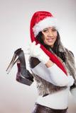 Modekvinna i den santa hatten med skor för höga häl Arkivfoton