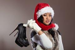 Modekvinna i den santa hatten med skor för höga häl Royaltyfri Foto