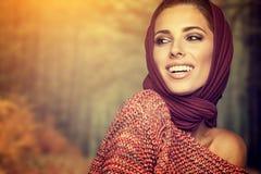 Modekvinna i höstfärg Arkivfoton