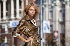 Modekvinna i höststad Royaltyfria Foton