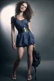 Modekvinna i jeansklänning fotografering för bildbyråer