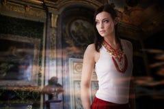 Modekvinna, lyx inomhus royaltyfri fotografi