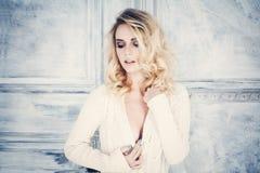Modekvinna med blont lockigt hår femininity royaltyfria foton