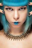 Modekvinna med den blåa hår och halsbandet Royaltyfri Foto