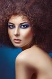 Modekvinna med fluffig hårstil Royaltyfri Bild