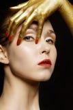 Modekvinna med guld- händer Arkivbilder