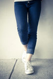 Modekvinna med jeans Arkivfoton