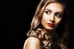 Modekvinna med perfekt hud som bär dramatisk makeup Royaltyfria Foton