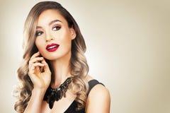 Modekvinna med perfekt hud som bär dramatisk makeup Arkivfoto