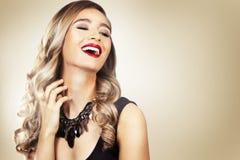 Modekvinna med perfekt hud som bär dramatisk makeup Royaltyfria Bilder