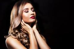 Modekvinna med perfekt hud som bär dramatisk makeup Arkivbilder