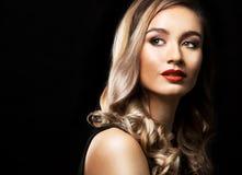Modekvinna med perfekt hud som bär dramatisk makeup Arkivbild