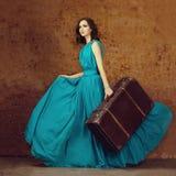 Modekvinna med resväskan Arkivfoton