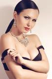 Modekvinna med smyckengarnering. Arkivbild