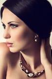 Modekvinna med smyckengarnering Royaltyfria Bilder