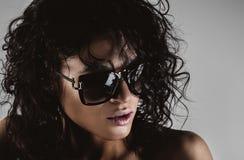 Modekvinna med solglasögon royaltyfria bilder