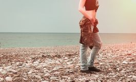 Modekvinna på stranden Arkivbilder