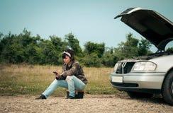 Modekvinna som har problem bilen Arkivfoto