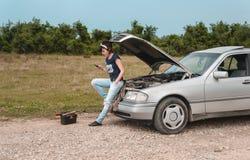 Modekvinna som har problem med bilen Royaltyfria Foton