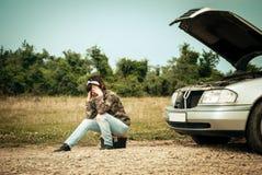 Modekvinna som har problem med bilen Fotografering för Bildbyråer