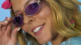 Modekvinna som poserar in i kameran som ler och förvånar, modebransch stock video