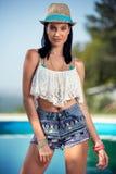 Modekvinna som poserar i stilfulla kläder arkivfoton