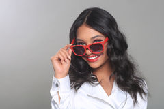 Modekvinna som poserar med solexponeringsglas i studio Royaltyfria Foton