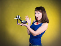 Modekvinna som ser denhäl skon Kvinnaförälskelse skor begrepp Skor för skrikig flicka och för höga häl på gul bakgrund Arkivfoton