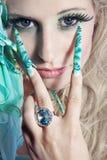 Modekvinnan med länge spikar royaltyfri fotografi