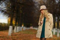 Modekvinnan som går i höst, parkerar Royaltyfria Bilder