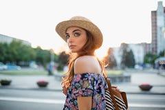 Modekvinnaståenden av den unga nätta moderiktiga flickan som poserar på staden i Europa fotografering för bildbyråer