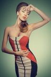 Modekvinnlig med modeklänningen Royaltyfri Bild