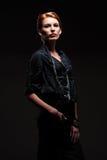 Modekvinnlig som poserar över dark Royaltyfri Foto