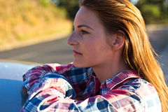 modekvinnlig som ser den model skjortasidan till Arkivfoton