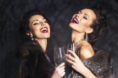 Modekvinnor som firar händelsen. Congrats! Royaltyfri Foto