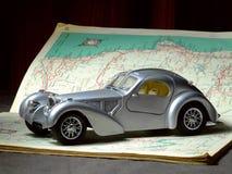 Model Auto op Wegenkaart royalty-vrije stock foto