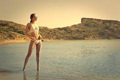 Model bij de kust stock fotografie