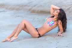 Model in bikini op strand Royalty-vrije Stock Afbeeldingen